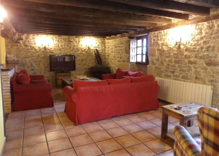 Salón con chimenea casa rural La Toba II
