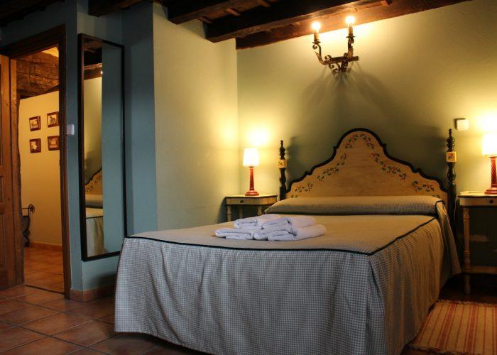Habitación con cama de matrimonio y baño, casa rural La Toba I