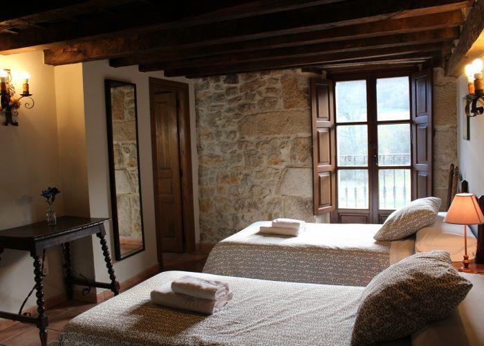 casa rural La Toba I, habitación doble con baño y balcón