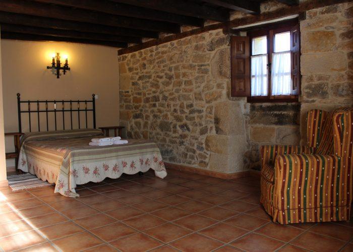casa rural La Toba II, habitación con cama matrimonio y salida a terraza